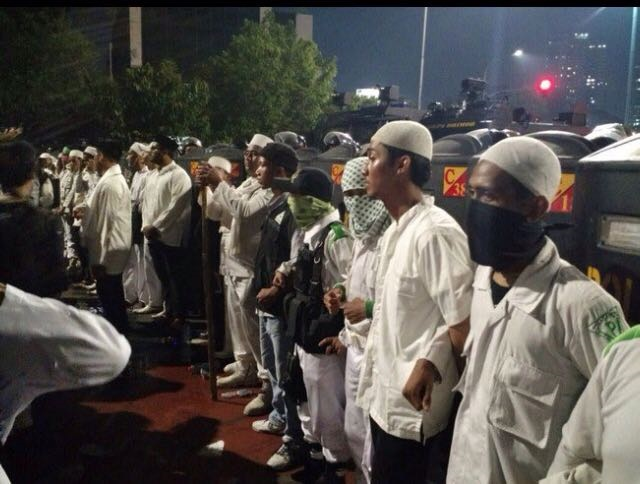 Beredar Foto Laskar Fpi Lindungi Polisi Sebelum Ricuh Indopress